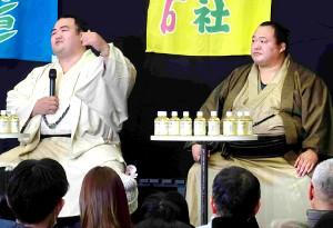 大相撲展のトークイベントに出席した幕内・琴奨菊(左)と十両・豊ノ島