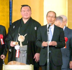 白鵬(左)の幕内1000勝達成記念祝賀会で乾杯のあいさつをする王貞治氏