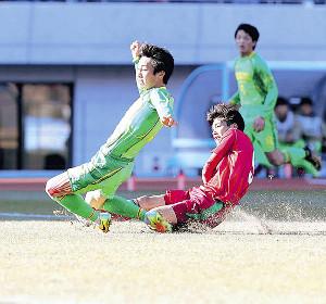 前半22分、尚志・染野(右)がゴールを決める(左は帝京長岡・長渡)