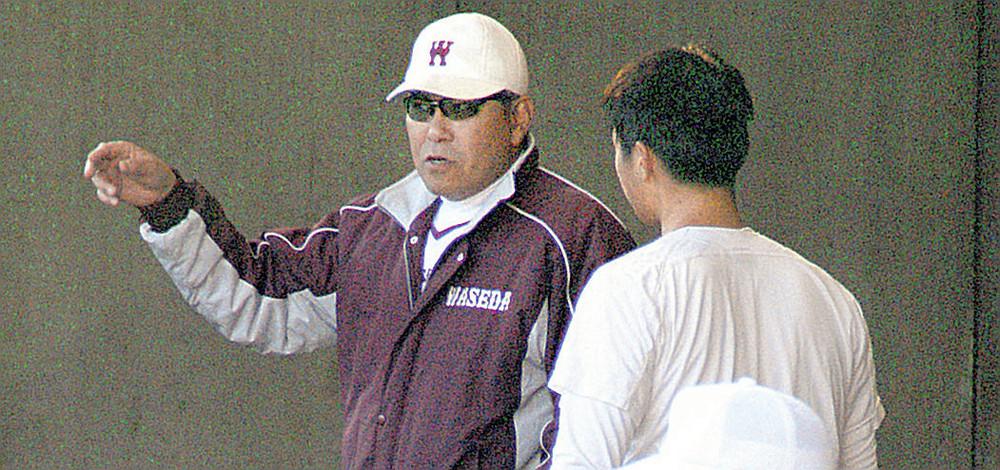 投手を指導する早大の小宮山監督(左)