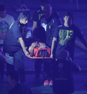 4日の東京ドーム大会でウィル・オスプレイに敗れ、担架で運ばれた飯伏幸太(カメラ・中島 傑)