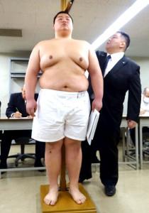 大相撲初場所新弟子検査で身長測定を受ける埼玉栄高の神山龍一