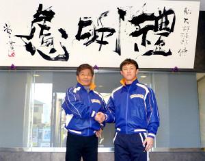 駒大に新たに加わった林コーチ(左は大倉監督)