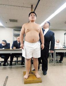 大相撲初場所新弟子検査で身長測定を受ける飛龍・鈴木優斗