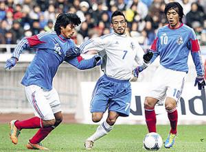 12年、松田直樹追悼試合でドリブルする中田と競り合う中沢(左、右は中村)