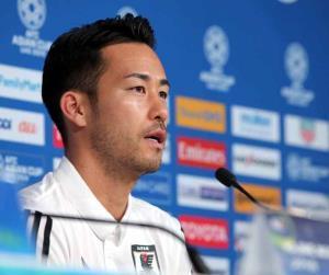 公式会見で、引退する中沢と楢崎についてコメントした吉田麻也
