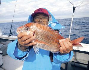 39センチの大型ハナダイを釣った迫田光義さん(源七丸で)