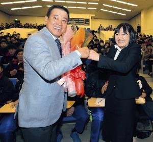 国際武道大で講義を行った原監督は学生のリクエストに応えて笑顔でグータッチ(カメラ・相川 和寛)