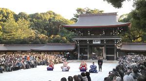 奉納土俵入りの行われる明治神宮には大勢の観衆が集まった
