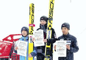 ジャンプの南北海道大会で表彰台に上がった(左から)2位・山根、1位・藤田、3位・大井