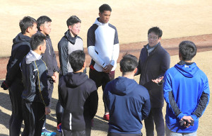 栗山監督(右から二人目)の話を聞く新人選手
