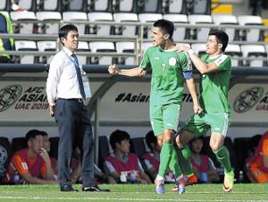 前半26分、トルクメニスタン・アマノフ(中央)に先制ゴールを決められ、厳しい表情の森保監督(左)