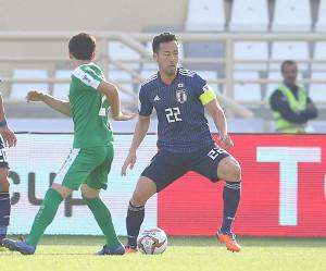 後半、ボールをキープする吉田麻也(カメラ・竜田 卓)