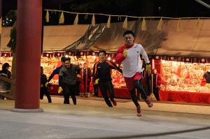 開門神事「福男選び」に本殿に一番乗りで走り込んでくる山本優希さん(右端)ら参加者