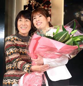 母・幸代さんから花束を受け取り笑顔を見せる吉田沙保里さん