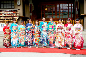 晴れ着撮影会に登場した(左から5人目)川栄李奈ら
