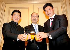 ソフトバンク・王会長(中)と乾杯する日本ハム・清宮(右)とソフトバンクのドラフト3位・野村(代表撮影)