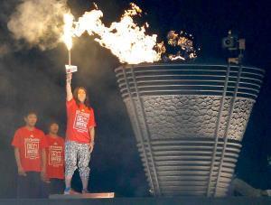 14年、国立競技場のイベントで聖火台に点灯する吉田さん