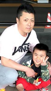 第二の人生を歩み出す吉田さんにエールを送った「きんちゃん」こと北森久史さん。右は次男・龍彌君(北森さん提供)