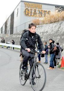自主トレを終え、自転車で寮へ向かうルーキーの高橋(カメラ・泉 貫太)