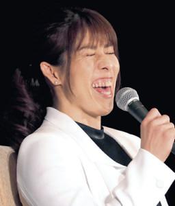会見で笑顔を見せる吉田沙保里さん(カメラ・中島 傑)