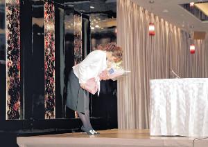現役引退会見を終え、深々と一礼して会場を後にした吉田沙保里さん(カメラ・中島 傑)
