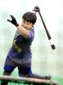 初めてジャイアンツ球場で自主トレを行った丸は、ティー打撃を披露して鋭い打球をはじき飛ばした(カメラ・泉 貫太)