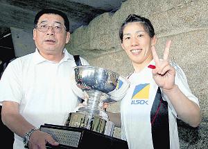 13年、父・栄勝さんと一緒にピースサインで記念撮影する吉田沙保里さん
