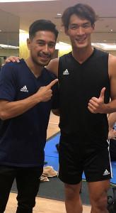 アジア杯を戦う日本代表DF槙野(右)と記念撮影をするフィリピン代表・佐藤(佐藤大介提供)