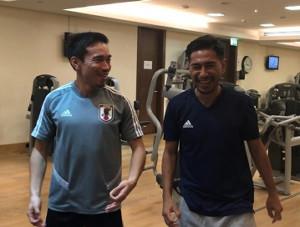 日本代表DF長友(左)と談笑するフィリピン代表・佐藤(佐藤大介提供)