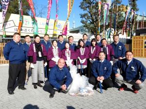 両国国技館周辺で掃き清めイベントに参加した親方衆と実践女子大の学生たち