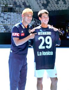 本田(左)は錦織にユニホームをプレゼント