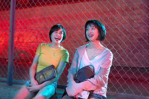 「チワワちゃん」に出演する吉田志織(左)と門脇麦