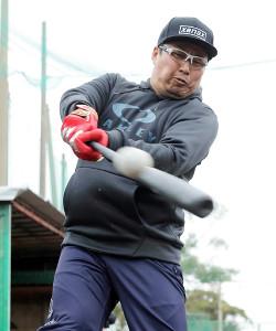 ティー打撃を行う松山