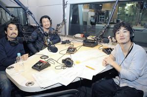 ラジオ番組と連動し、演劇作りに挑んでいる松居大悟氏(右)。オンエア後、出演者の本折最強さとし(左)、目次立樹と談笑