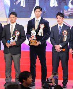 ビッグスポーツ賞受賞式場で放送大賞受賞の大谷翔平(中)とスポーツ放送特別賞の吉田輝星(右)、根尾昂が壇上に並んだ