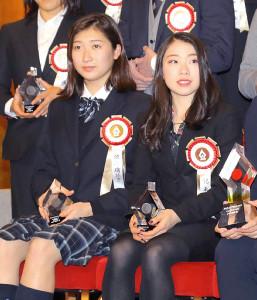 ビッグスポーツ賞受賞式場前に記念撮影する池江璃花子(左)と紀平梨花