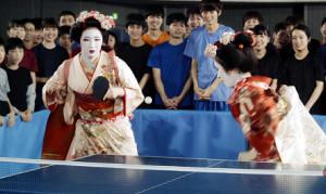 舞妓(まいこ)に扮装(ふんそう)してプレーする早田(左)と平野