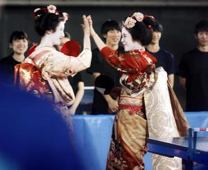 ハイタッチで喜ぶ早田(左)と平野