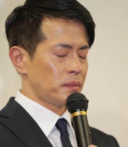 記者の質問に対し、しばらく目を閉じる友井雄亮
