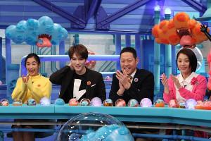 ビデオに大興奮の(左から)髙橋ユウ、ジェジュン、東野幸治、小池栄子(C)フジテレビ