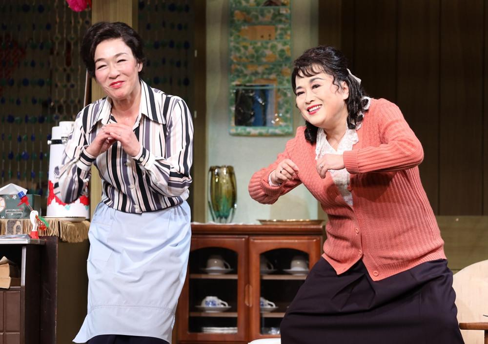 京都・南座公演「喜劇 有頂天団地」の12日開幕を前に、通し稽古を行った渡辺えり(右)とキムラ緑子