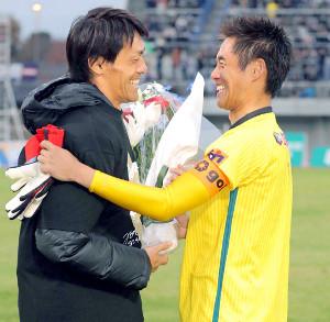 昨年12月、現役生活最後の試合を終えた相模原GK川口氏(右)を激励した楢崎