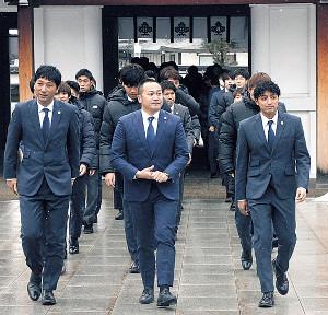 必勝祈願のため山形・諏訪神社を訪れたJ2山形の選手、スタッフ(先頭左から木山監督、相田社長、DF山田)