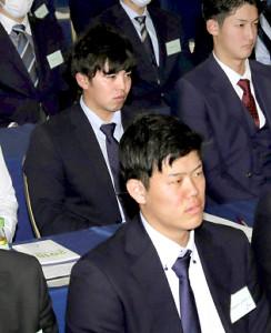 昨年は欠席した研修会に参加したDeNA・東(左奥、手前はドラフト1位の上茶谷)