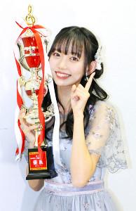 優勝した野島樺乃はトロフィーに頬を寄せ、「NO1」ポーズ
