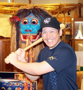 沖縄での自主トレを公開した甲斐。獅子舞で使用される、縁起物の獅子の前でポーズを決めた