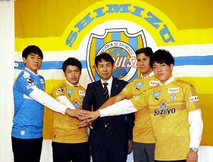会見に出席した(左から)梅田、中村、大榎GM、エウシーニョ、西沢