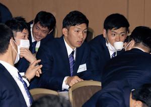 講義の合間に話をする日本ハムの柿木(中央)