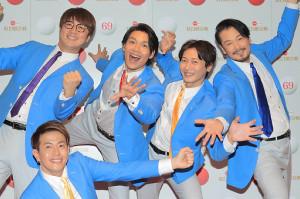 昨年12月29日の紅白歌合戦リハーサルの写真撮影の際、おどけたポーズを取る友井雄亮(前列)ら純烈のメンバーたち